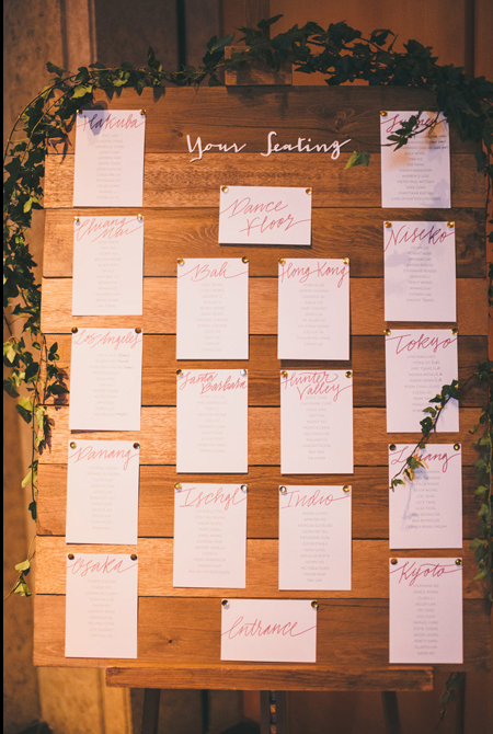 Wedding seating chart with hand-lettering | www.chavelli.com