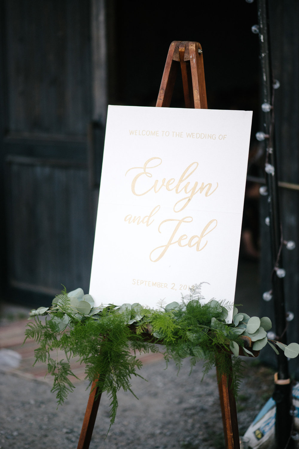 Wedding welcome sign in gold calligraphy on canvas | by www.chavelli.com