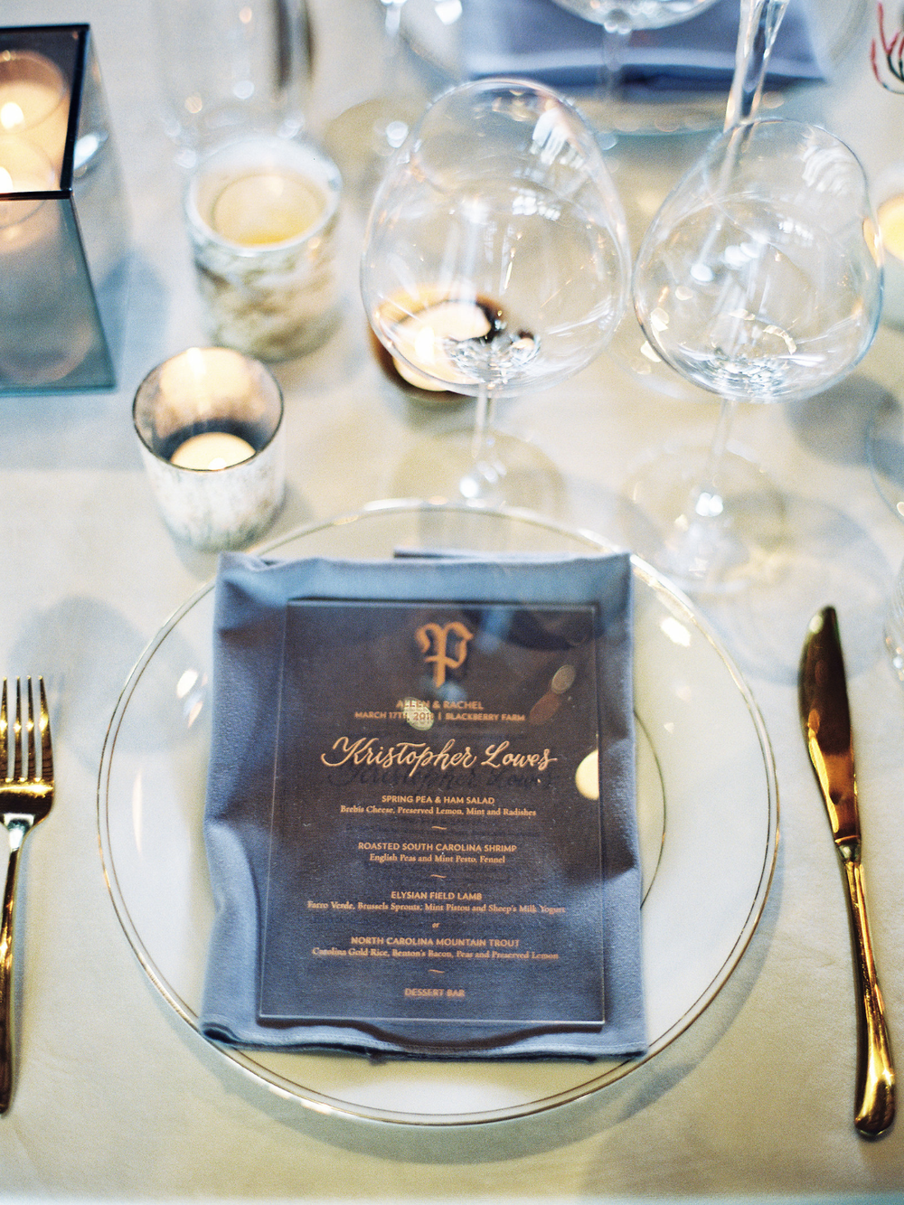 Acrylic dinner menus with rose gold calligraphy names | by www.chavelli.com