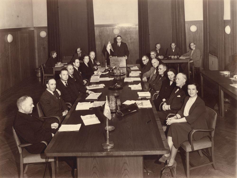 Næstveds Byråd i mødesalen anno 1950. Tre kvinder ud af de 15 medlemmer, og Laura Nielsen er opført som 'husmoder' blandt mændenes titler som 'konsul', 'amtsforvalter' og 'lektor'. (Foto: Melberg, Næstved Arkiverne)