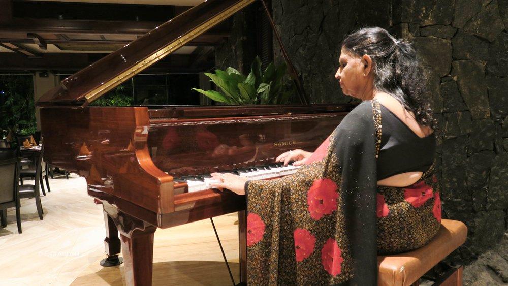 عازفة البيانو وقت العشاء