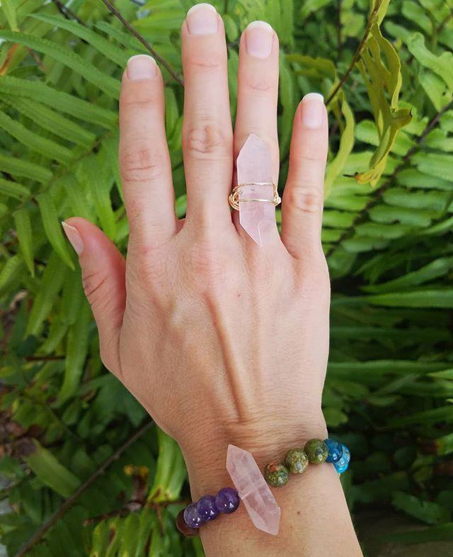 Custom Jewels 💖  #handmade #customjewelry #artstudio #fortlauderdale #crystals #gemstones #handmadejewelry #madewithlove #rosequartz #ring #bracelet #wheelhouseart @mrg05c