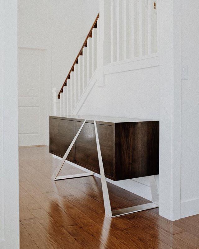 Mott Sideboard— foyer star. ⭐️💫✨ — #interiordesign #interiordesigners #furnituredesign #furnituredesigner #newyorkdesign #newyorkdesigners #topstylefile #interiorlovers #finditstyleit #modernhome #interiors123 #interiordetails #homedetails #interiordesignsituation #dailydecordose #highendresidentialdesign #highendcommercialdesign #newyorkhome #newyorkdesigncenter #dwell #archdigest #architecturaldigest