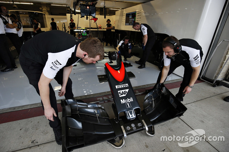 f1-united-states-gp-2015-mclaren-mechanics-with-a-nose-cone.jpg