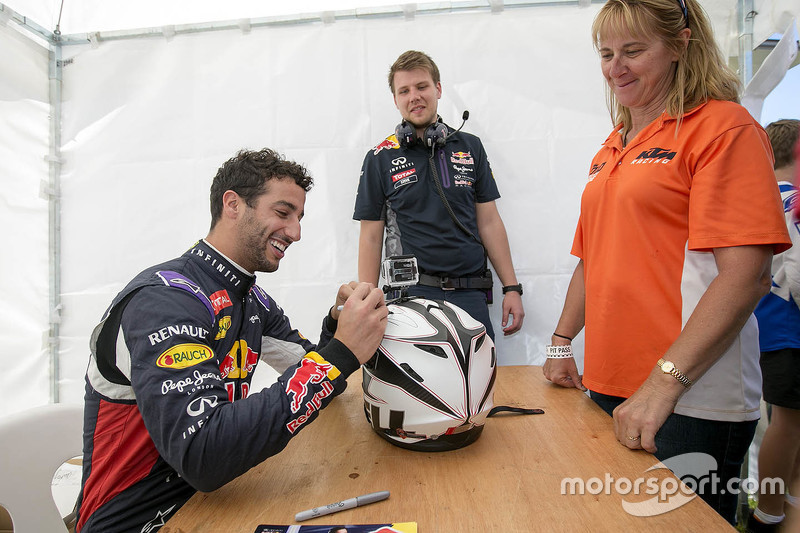 f1-perth-speed-fest-2015-daniel-ricciardo-signs-autographs-for-the-fans.jpg