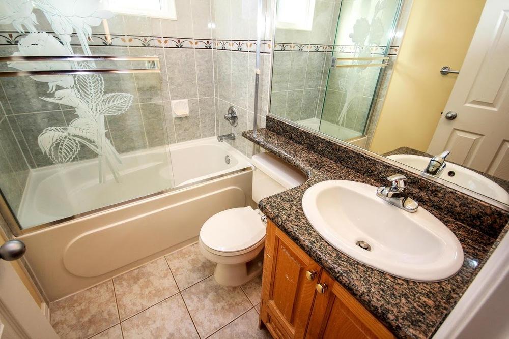 976 E 31st Ave Vancouver BC-large-024-16-Bathroom-1500x1000-72dpi.jpg