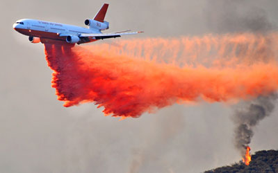Plane dropping fire retardant