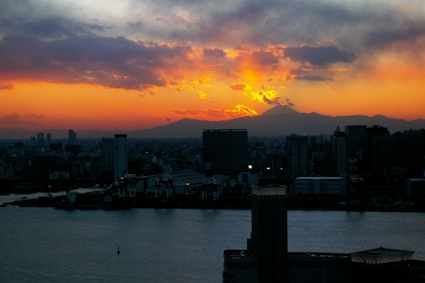 Tokyo sunset photo by Peter Bloomer