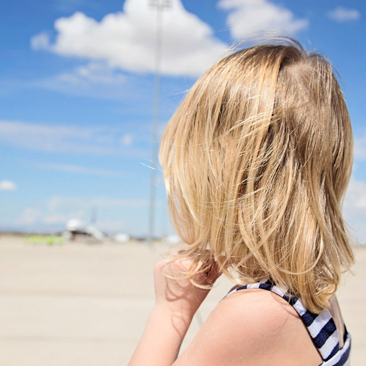 girl-waiting-daddy-plane-homecoming-knoxville-photographers.jpg