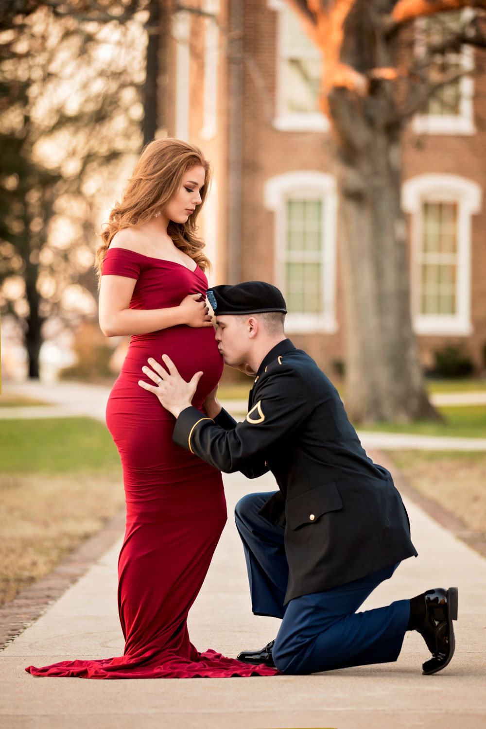 Maryville-photographer-maternity-belly-kiss-soldier.jpg