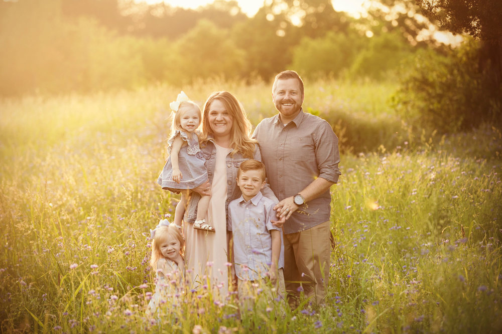 Knoxville photographer photographs family in field