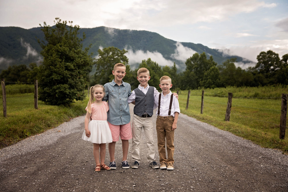 cades-cove-photographer-family-sibling.jpg
