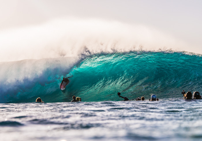 And with it all the important and famous names of the surfing world appear in the north shore to come surf this waves