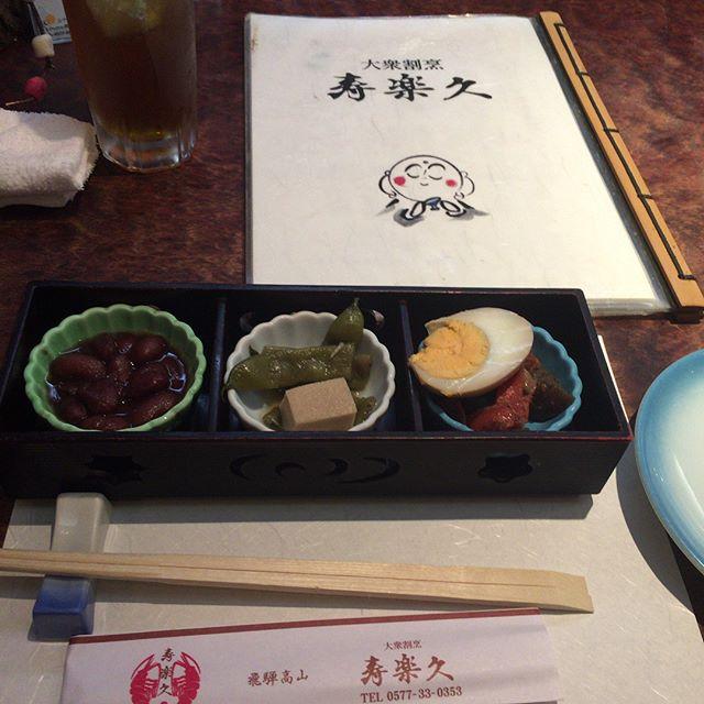 帰省1日目は兄が働いてる叔父の店に行って来ました。  いつも帰ると必ず行く٩(๑❛ᴗ❛๑)۶  魚🐟料理が美味い(о´∀`о)  今回はノドグロの焼きをいただきした。  ありがとう〜(o^^o)  寿楽久(じゅらく) 〒506-0017 岐阜県高山市朝日町28−6  0120-750-353