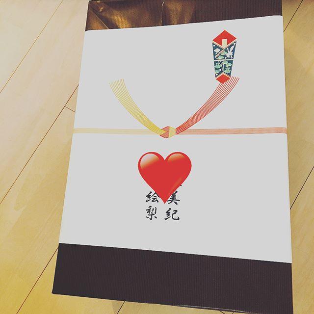 ピンポーン👆🏻👆🏻👆🏻 ..... 宅配便がきました🙄  東京にいる友達から結婚祝いのプレゼントが!!!!!!! めちゃくちゃ嬉しいじゃないかっ💕💕💕💕💕💕 @bruno_enjoy のホットプレート 😍🎵これでたこ焼きパーティーができますゎ❤️❤️❤️ 本当にありがとう😿🎵✨✨✨ さらに少し前にもわざわざ宅配便でプレゼントを送ってくれた妊婦の友達👼🏻体調悪くて会えないからって😳✨✨ 大好きな#francefrance のえらいラブリーなエプロン😆💕 使わさせてもらいます🙇♀️😘👏🏻👏🏻 祝福されるのってほんと素敵😭 わたしも結婚式では全力でみんなが いってよかった〜 今までにないね!! 楽しかった〜❤️ ってゆってもらえて喜んでもらえるよう努めます🙆 #gift#wedding #congratulations #surprise #happy#followme #me#love#bff#girl #結婚祝い#サプライズ#幸せ