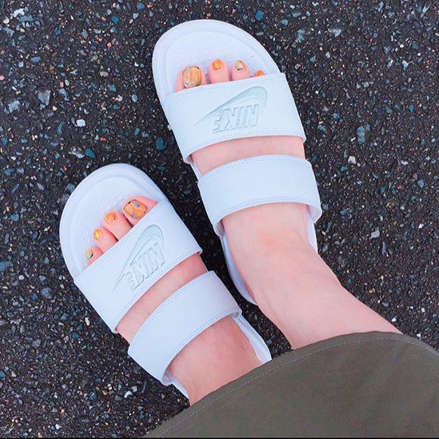 みーさんからもらった誕生日プレゼント🎁 あとどれくらい履けるかなー🤔  #涼しくなってきた #夏が終わる #夏こればかり履いてた #お気に入り♡ #誕生日プレゼント#nike #nikeサンダル #NIKE