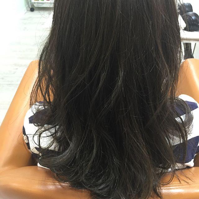 お客様!  可愛い💕Tさん!  前回は実習のため黒髪にして、今回は明るさ変えずにグレージュにしました。  元はしっかりしたストレートヘアでも、カラーの色味で柔らかさが出ます。  ベージュベースは誰にでも馴染むのでチャレンジしてみたいカラーに混ぜてみて下さい。  #カラー#グレージュ#ベージュ#アッシュ#可愛い#大学生#前髪伸ばし中  美容室calme (カルム) 〒485-0029 愛知県小牧市中央3-255 ☎︎0568-77-5557  カフェみたいな美容室〜