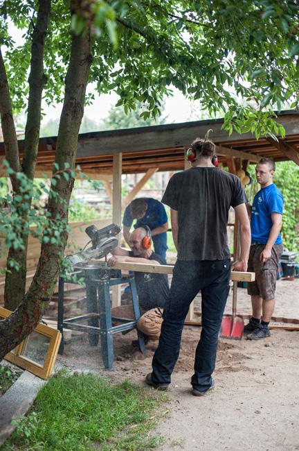 Auszubildende auf dem Aktivspielplatz der Jugendhilfe Cottbus e.V.