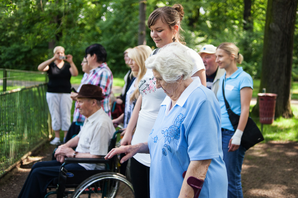 Auszubildende der  envia Service GmbH mit Senioren der AWO-Tagesstätte