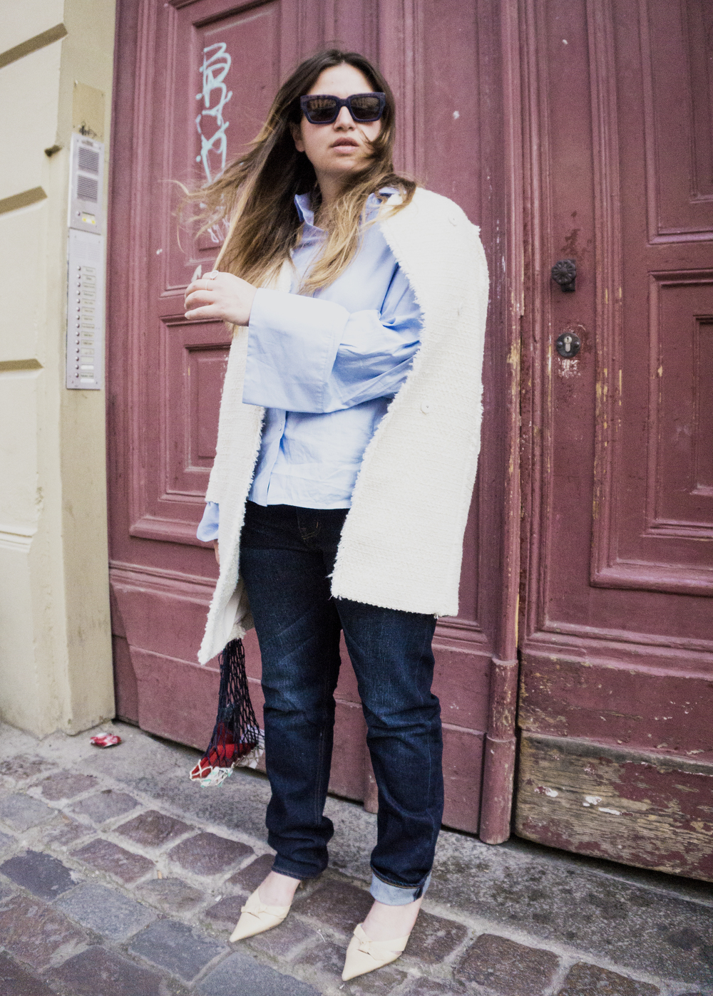 Coat from Gina Tricot. Jeans from Dr. Denim. Shirt from H&M. Mules and net bag are vintage.