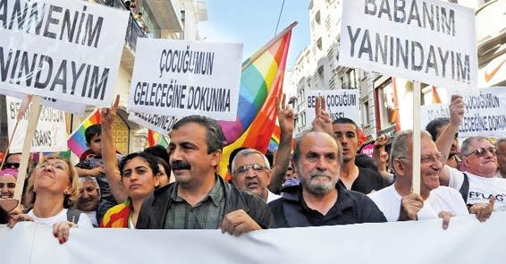 Foto 2011-ci ildə Türkiyədə keçirilən LGBT yürüşündəndir