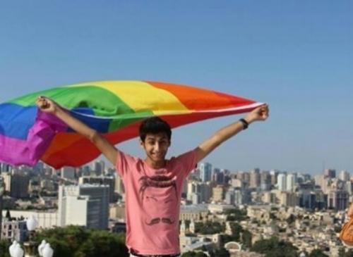 İsa Şahmarlı LGBT bayrağı ilə Bakıda