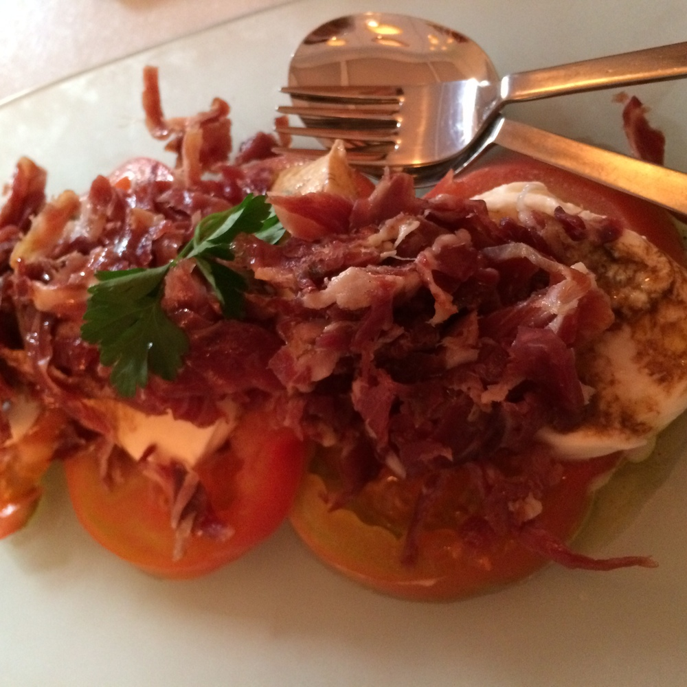 Lateral   ensalada lateral (jabugo, tomate y mozarella).