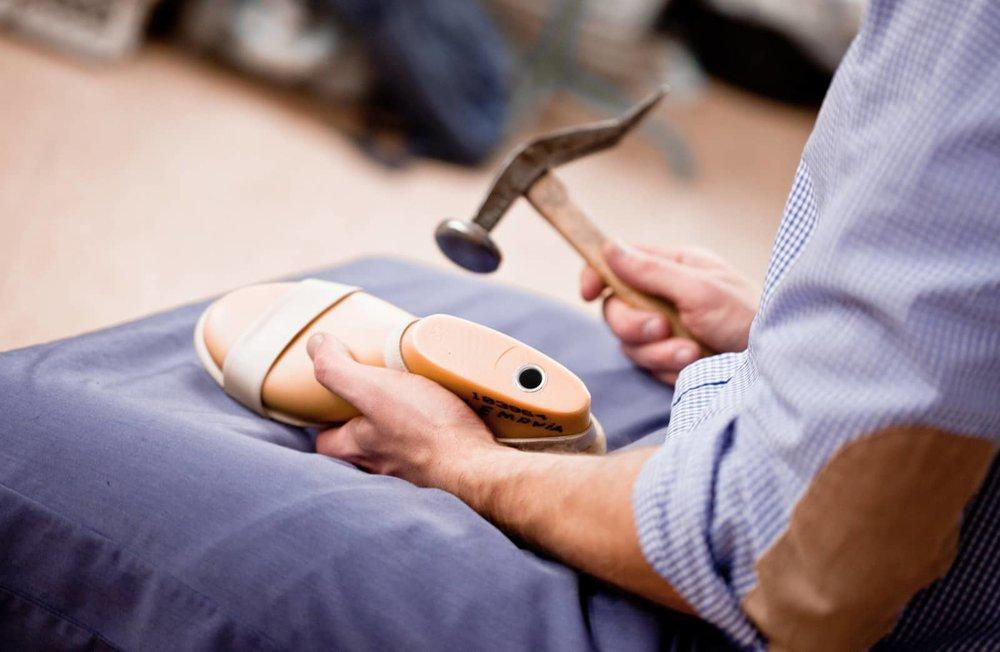 A produção é tradicional, incorporando as mais inovadoras técnicas de produção. A marca garante que cada sapato é uma obra-prima. O segredo é a moldabilidade da palmilha Flexheel (inovação patenteada) que se ajusta a qualquer altura.