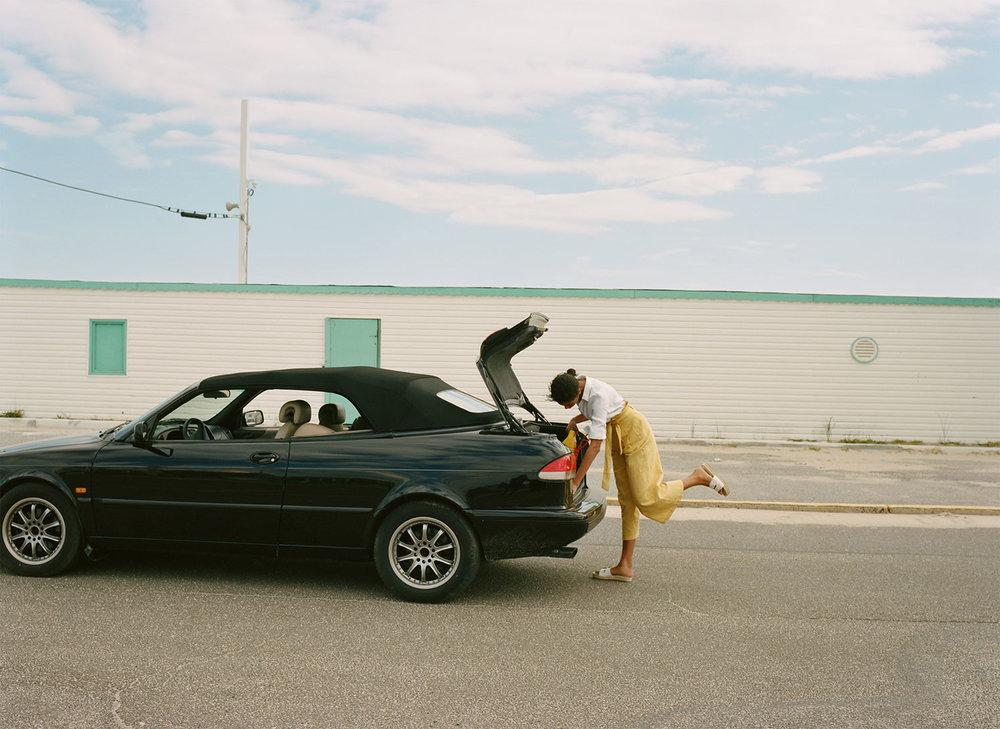 Verão - o meu carro preferido de sempre, as sandálias e o céu azul...Foto: @zara