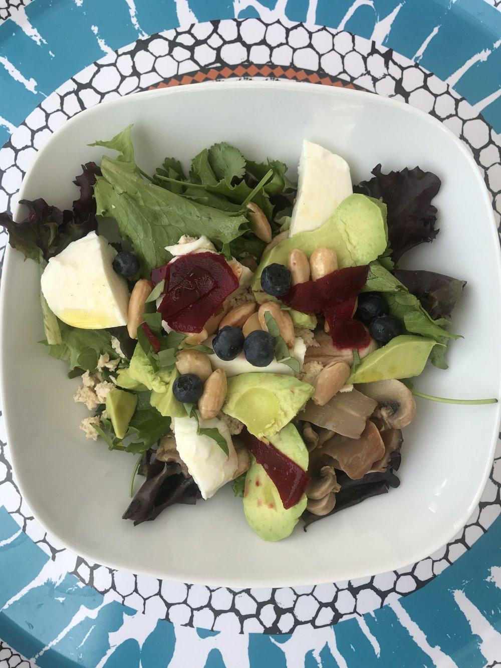 Salada - Mix de folhas. Queijo Mozzarella. Abacate. Beterraba. Cogumelos frescos. Amendoim. Mirtilos.