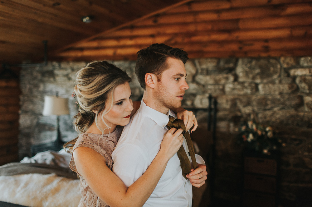 Couple getting ready together on their wedding day :: Cedar Lakes Estates Wedding :: The More We See Photography :: Heart & Dash Planning