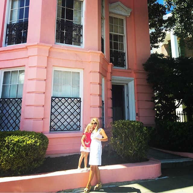 no visit to Charleston is complete without a stop by our favorite house 💖 #rainbowrow #charleston #thebattery #southernliving #oursignaturecolor #blushandbashful