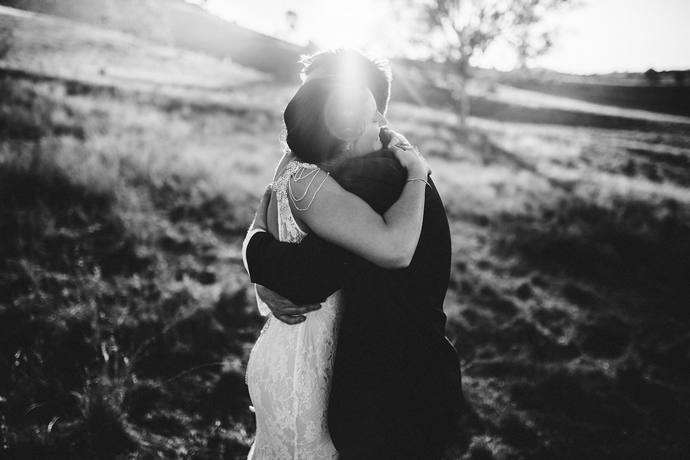 hug couple photography