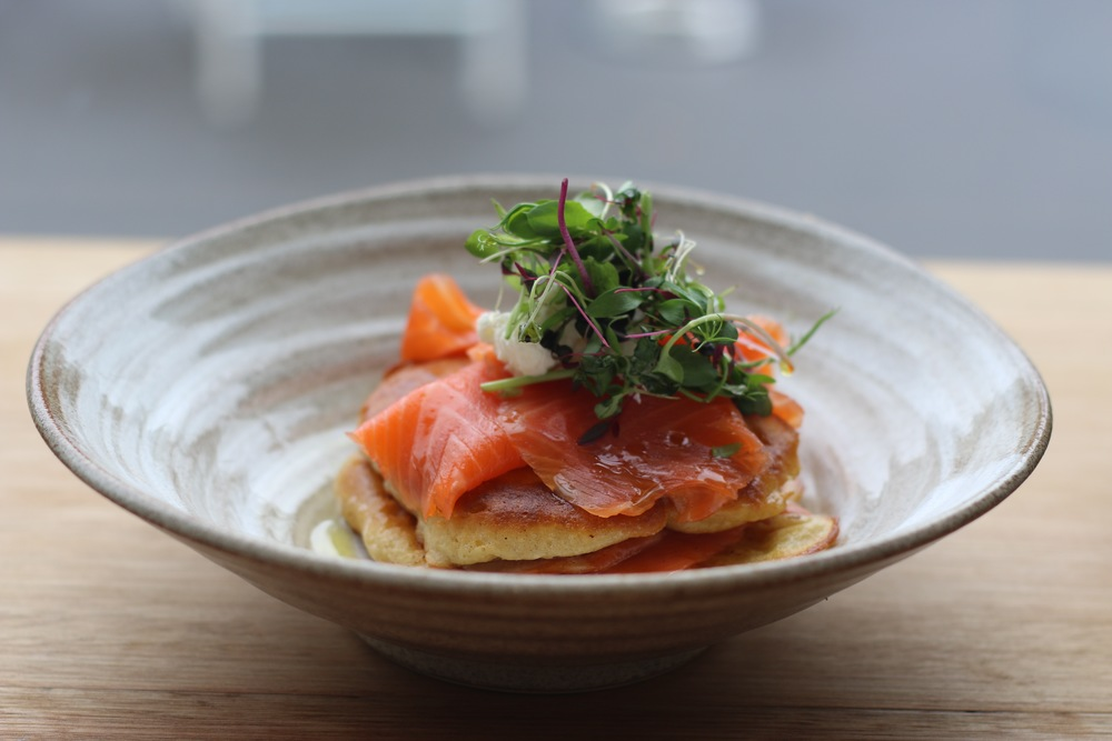 The fluffy and delicious hotcakes topped with smoked salmon at No.84