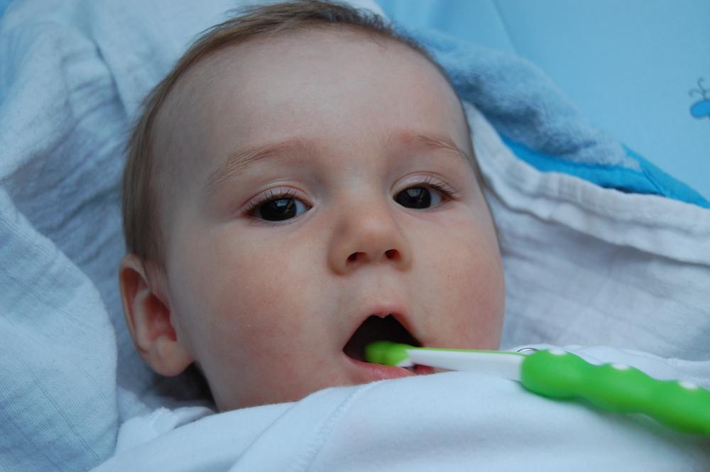 Hugo s jedním z kousátkových kartáčků z DM si v 6 měsících dobrovolně nechával čistit zoubky