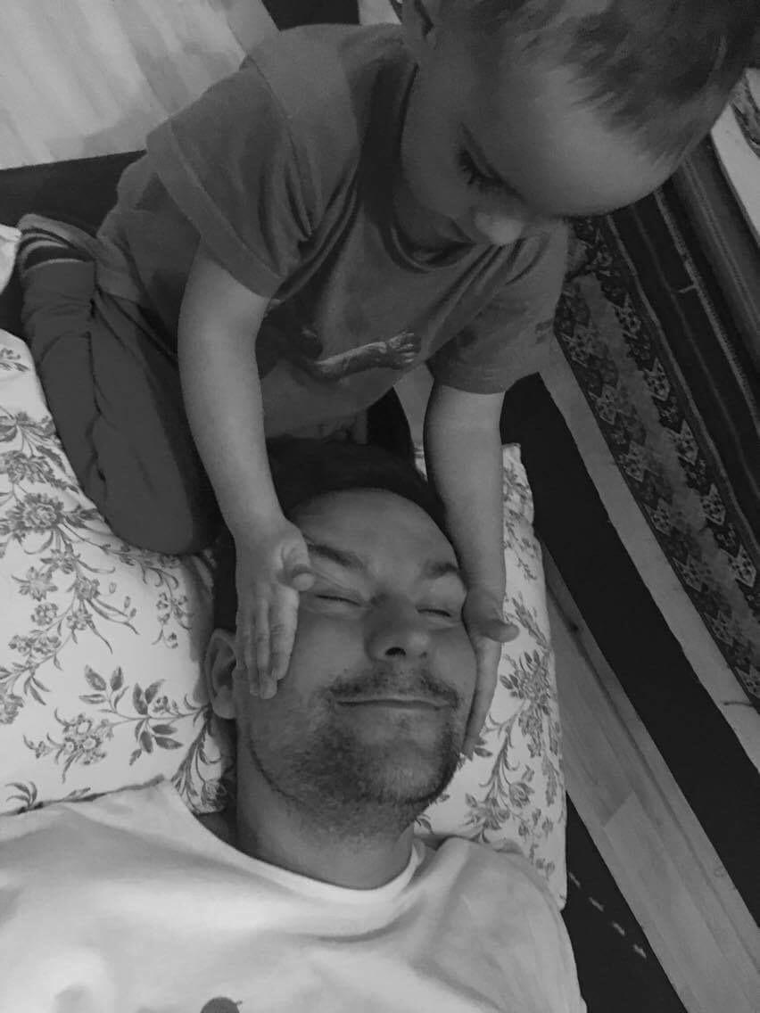 Kryštof Kocourek masíruje tatínkovi obličej dle BabYogy:-)
