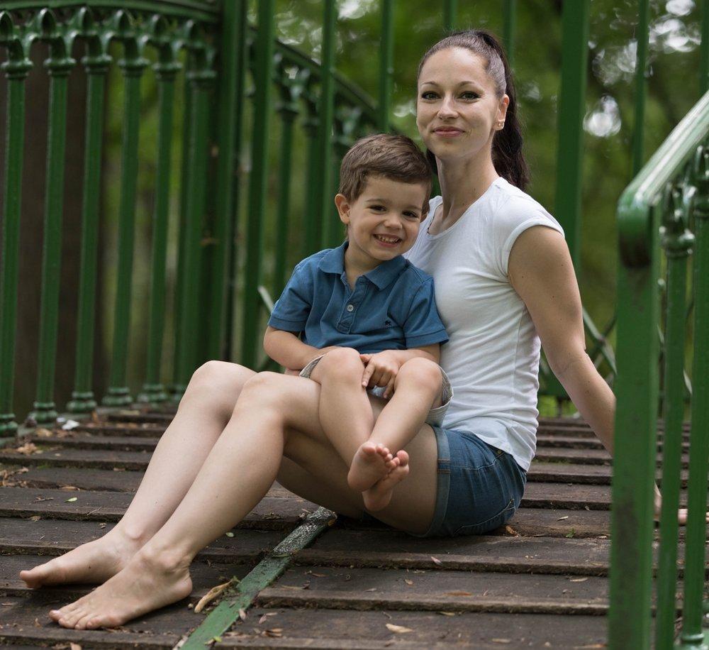 VERONIKA HRABÁKOVÁ - Lektorka/srdcařka BabYogy v TeplicíchVeronika je maminkou 3 letého Matěje a svůj život zasvětila cestě jógy, kterou předává těhotným, malým i velkým a nově i nejmenším. Najdete ji v jógovém studiu Jóga., které otevřela v Teplicích.Verunka patří mezi nekonečné studentky-lektorky jógy a tudíž je velmi erudovaná a její citlivý přístup s intenzivní praxí zaměřenou na maminky i miminka vás naprosto pohltí.