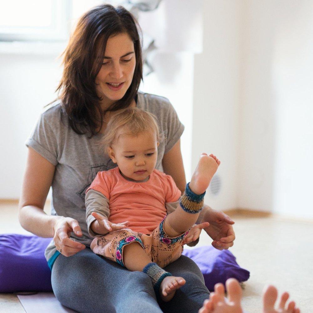 Marika Lauriková - Lektorka a srdcařka BabYogy Marika je maminka 3 leté Anežky a půl roční Elišky, která si v průběhu svého prvního i druhého mateřství BabYogou prošla a natolik ji nadchla, že se rozhodla její filozofii šířit dál.Mariky klidný a neuvěřitelně inspirující přístup k dětské duši a její životním nadhled ve vás okamžitě vyvolá pocit