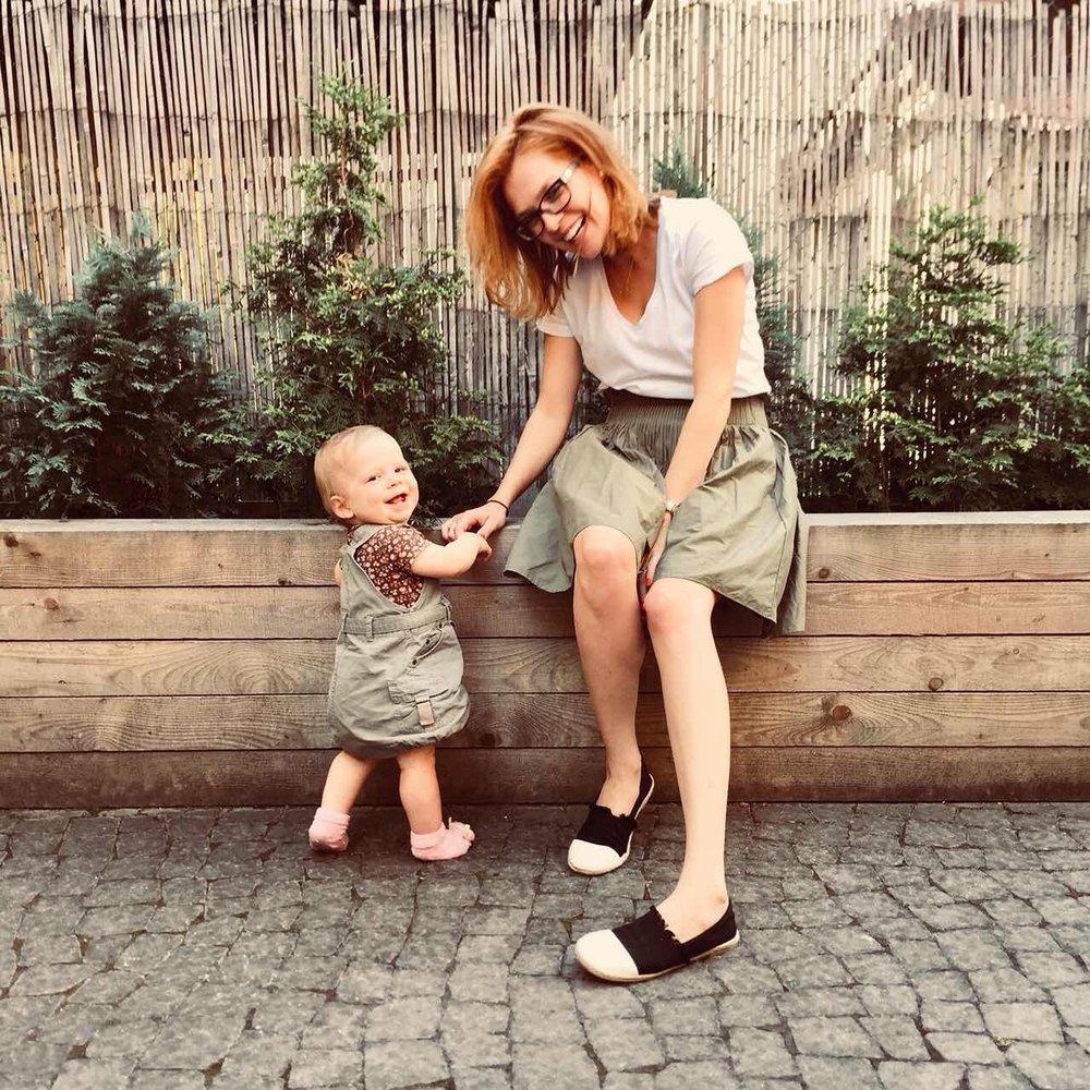 Lucie Budinová - Lektorka BabYogy a Me&MyBaby lekcíLucka je maminkou roční Emmči, kdy jedna druhé jsou neuvěřitelnou inspirací a mentorkou. BabYoga je oblíbenou součástí jejich denní praxe.Lucka je úžasná a zkušená lektorka jógy, která se věnuje péči o maminky a i proto jsme pro vás připravili nové lekce