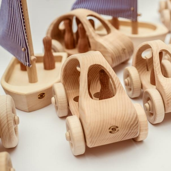 PIŠLÍCI    Dřevěné ručně vyřezávané hračky. Oskara nejoblíbenější je ponorka.