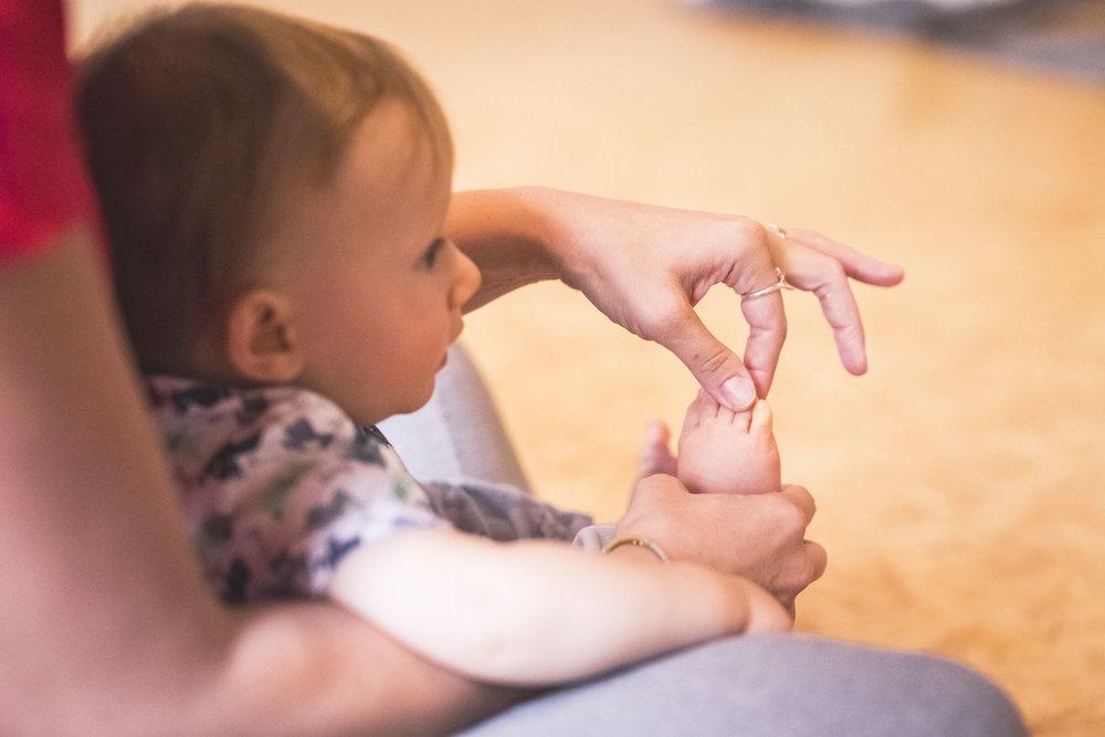 """Kurz """"Už se plazím, už lezu"""" - BabYoga vhodná pro mimi narozená 03-07/2018každou středu v 11:00na Praze 6 - Břevnov ve studiu Yoga&Art"""