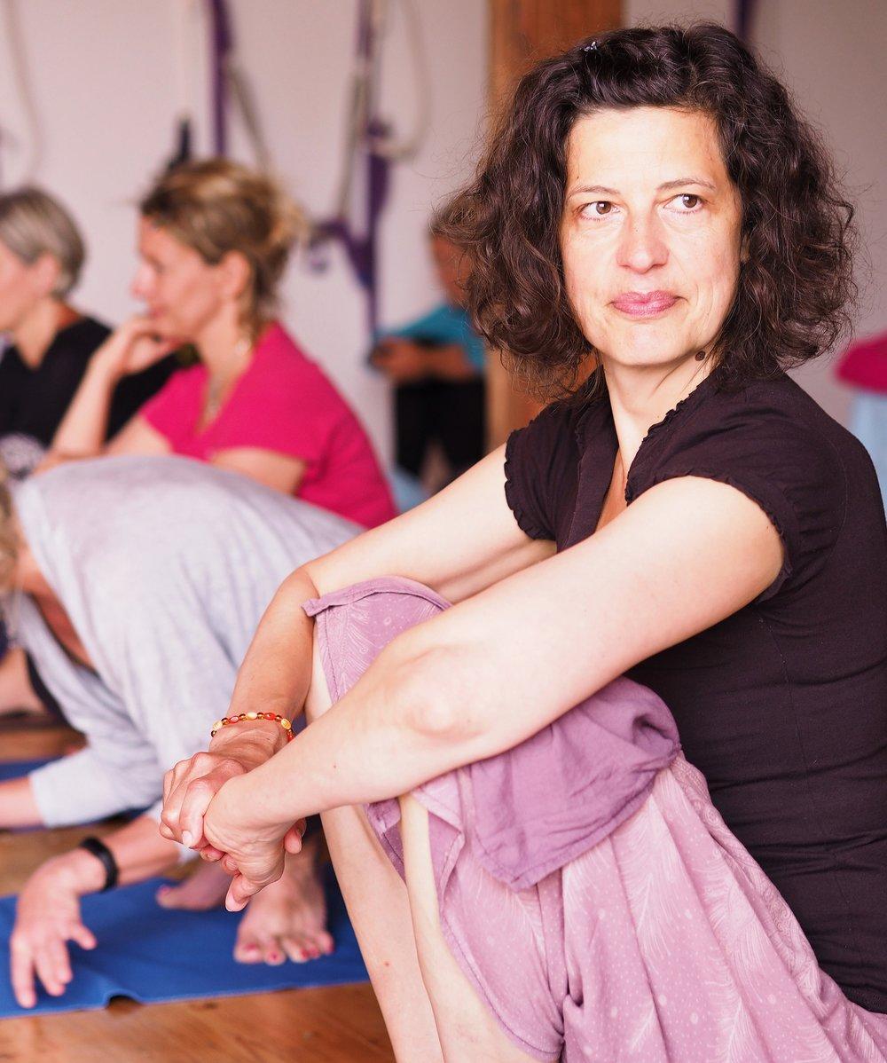 """Markéta Jiroušková - Lektorka """"Žena v rovnováze""""Co o sobě řekla Markéta:Narodila jsem se jako Váha a tak být v rovnováze je pro mě životně důležité. A je to právě jóga, která mi rovnováhu v životě pomáha nastolovat. Józe se intenzivně věnuji už od roku 2002, kdy jsem v New Yorku začala chodit na hodiny Vinyasa jógy. Postupně jsem si udělala 200 hour Yoga Teacher Training a začala učit, čímž vše teprve začalo. Velmi mě zajímá vše, co se děje v ženském životě a tak jsem ještě v NYC absolvovala kury na učení těhotenské jógy v Integral Yoga Institute, kde jsem potkala neobyčejné a úžasně inspirativní ženy. A téma ženy mě od té doby provází a uvědomuji si, že být ženou v tomto století ve střední Evropě je úžasný zážitek, který si musíme užít s plným vědomím. I když se nám občas může zdát, že nám to vnější síly nechtějí dovolit, vím, že máme plně svojí rovnováhu v rukou. A porozumění tomu, jak se uhnízdit v rovnováze a pohodě, se budeme věnovat v našem společném večeru."""