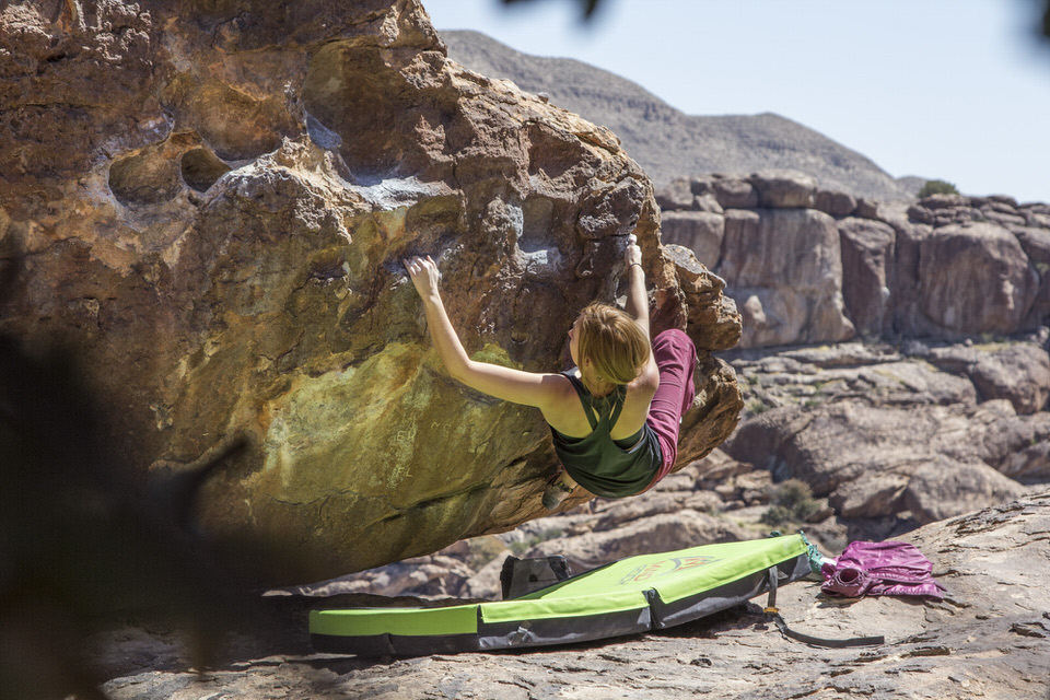 girl-climber-at-hueco-tanks