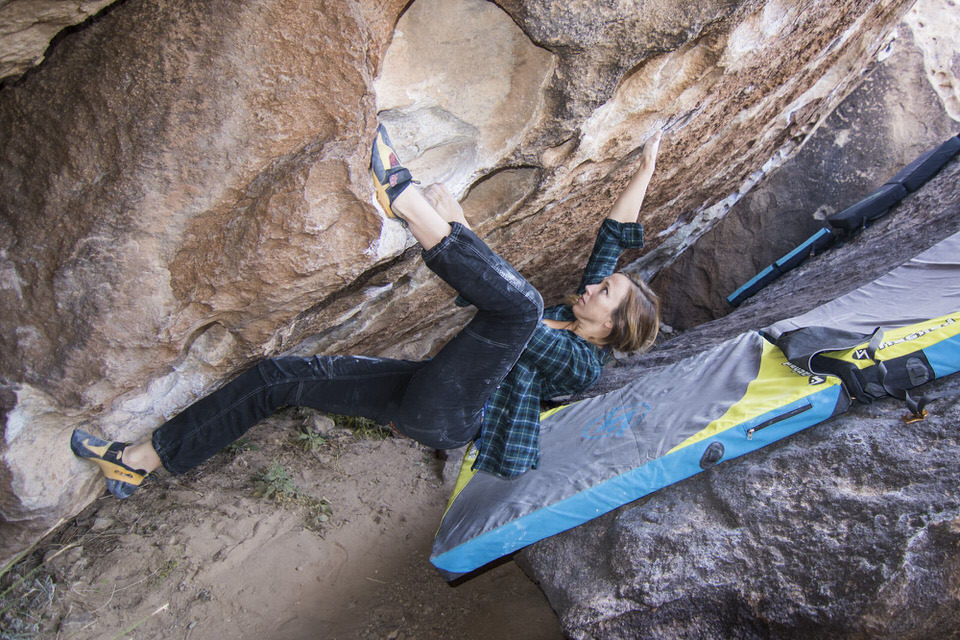 girl-heel-hooking-at-hueco-tanks