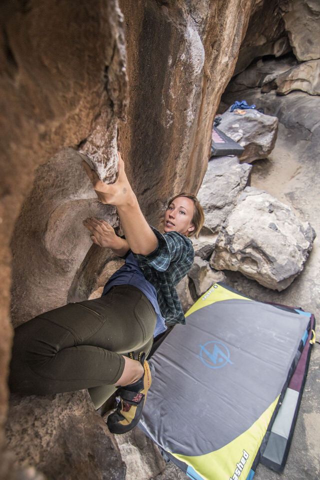 girl-climbing-everybody-wins-at-hueco-tanks