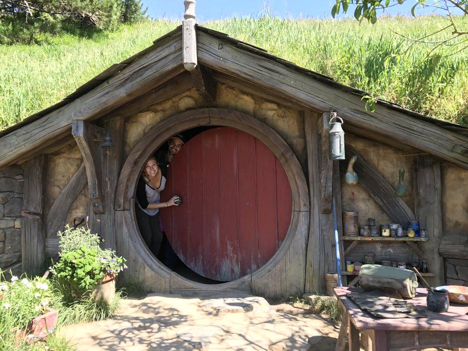 two-people-inside-hobbit-house-hobbiton-new-zealand