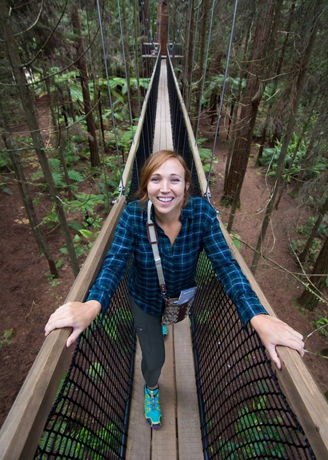 hiking-in-the-red-wood-trees-rotorua-new-zealand-north-island