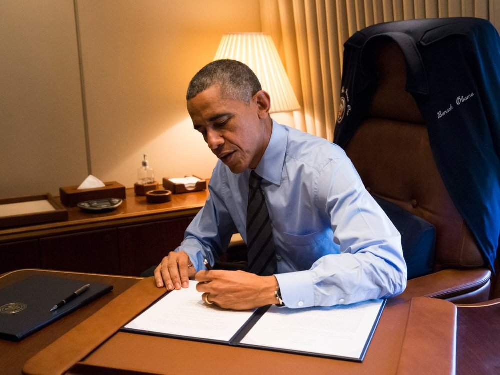 Obama writes with his left hand.jpg
