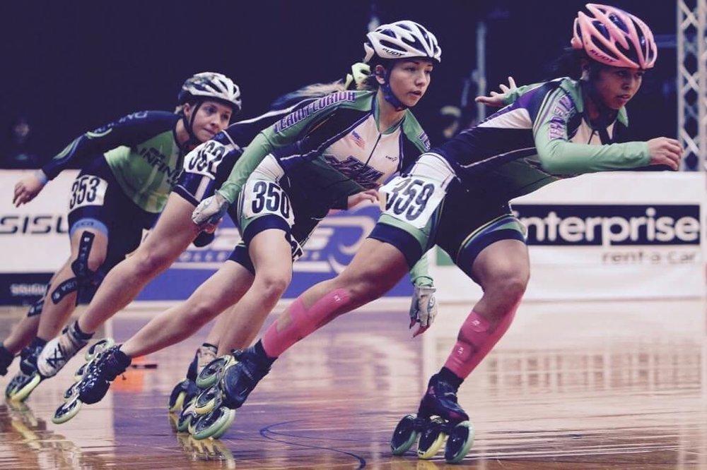 drei Rollerskaterinnen