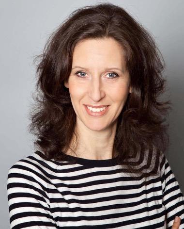 Portraitfoto Alexandra Prasch vor hellgrauem Hintergrund